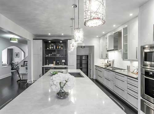 foto de cozinha branca com cimento queimado cinza no teto