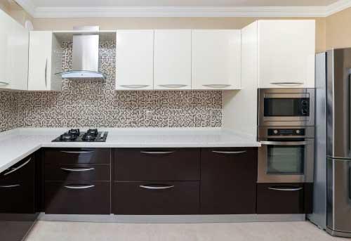 foto de cozinha marrom e branca com revestimento pastilhado
