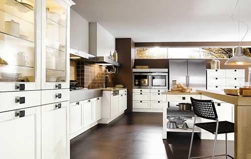 imagem de cozinha planejada luxuosa com armarios brancos e piso marrom