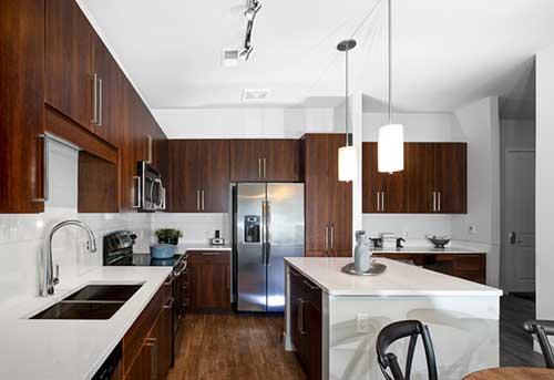 cozinha planejada moderna com armarios com material que imita madeira