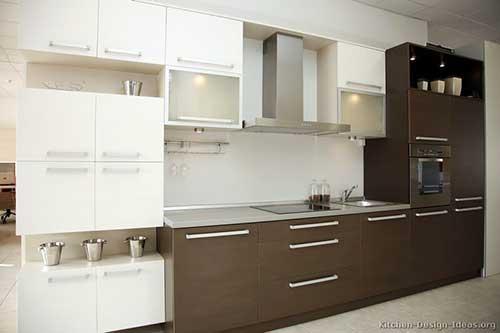cozinha de parede com armarios planejados marrom e branco