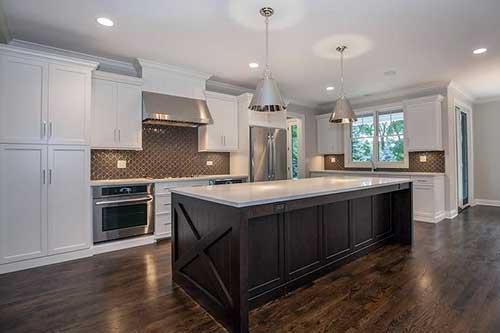 cozinha branca com balcao de madeira marrom