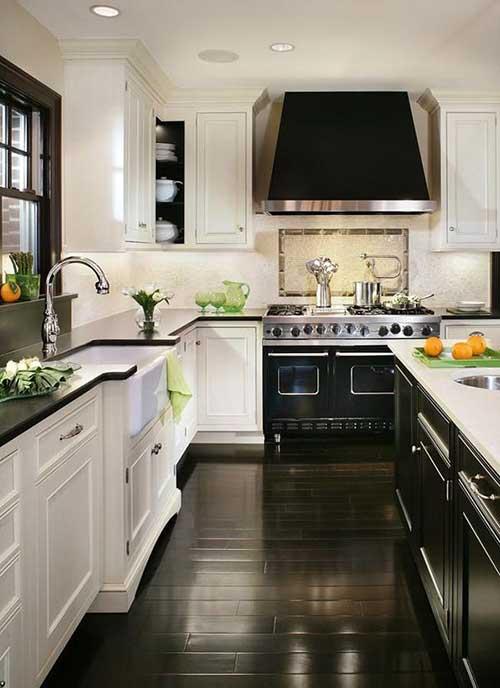 foto de cozinha branca e preta com piso escuro