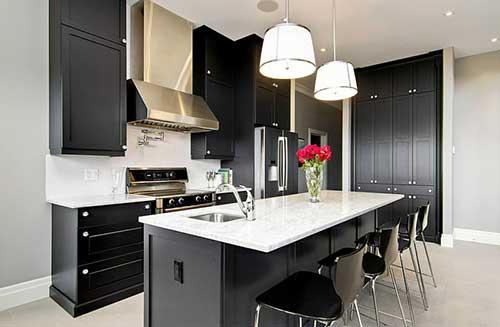foto de cozinha planejada branca e preta com bancada de marmore