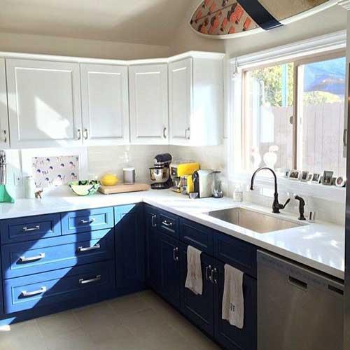 cozinha modulada em l com armarios brancos e azuis