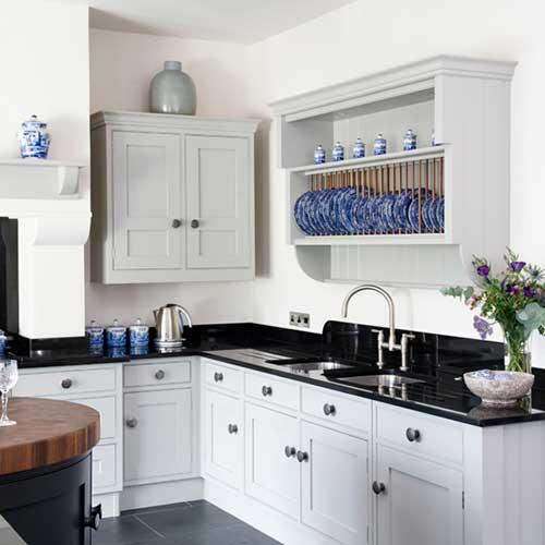 foto de cozinha branca e preta em l