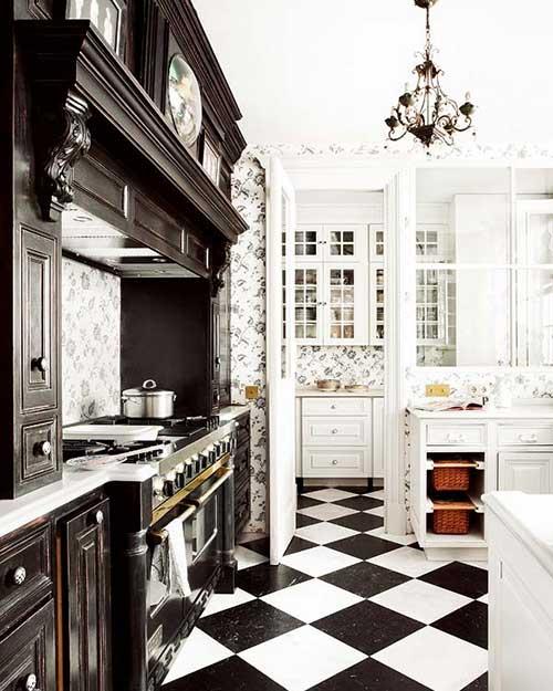 foto de cozinha branca e preta com moveis provençais