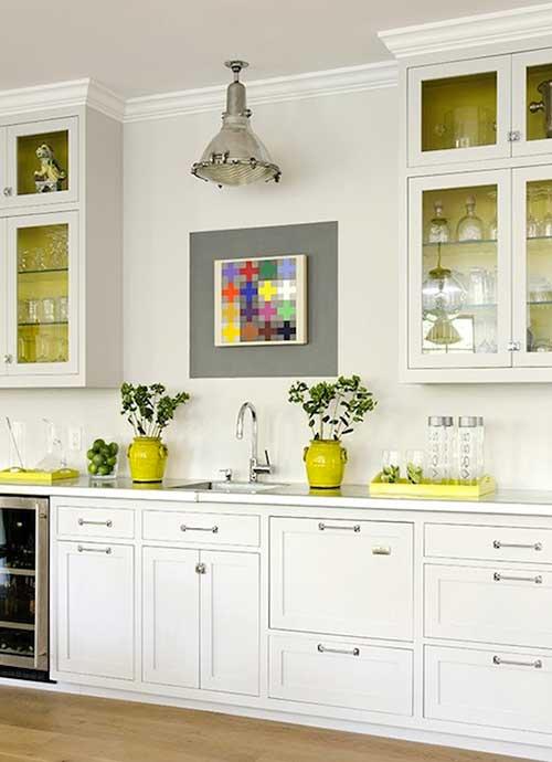foto de cozinha branca com detalhes em amarelo