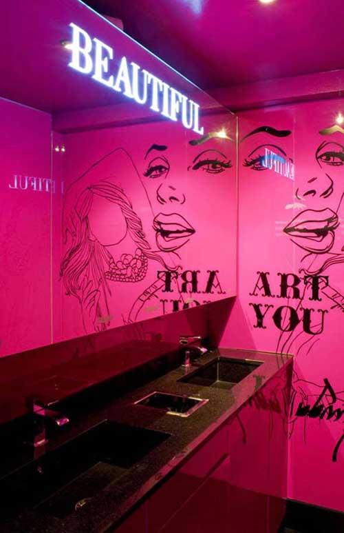 foto de banheiro feminino rosa com adesivos pretos