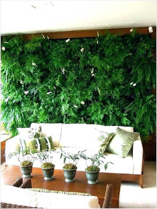 sala de estar com jardim de inverno na parede