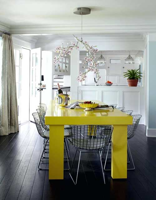 sala de jantar branca com mesa amarela clara