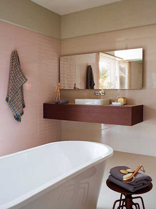 banheiro moderno com pastilhas retangulares e tijolinhos rosas