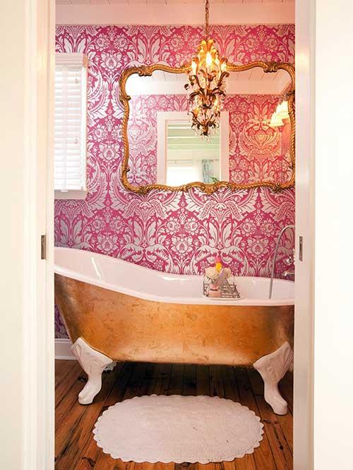 foto de banheiro vitoriano rosa e dourado