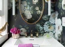 imagem de banheiro feminino com papel de parede floral