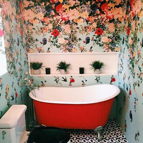 banheiro com banheira e papel de parede colorido de flores