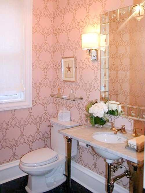 banheiro com papel de parede rosa arabesco vintage