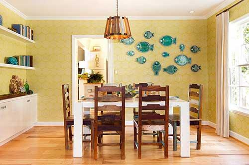 sala de jantar com piso de madeira e parede amarela