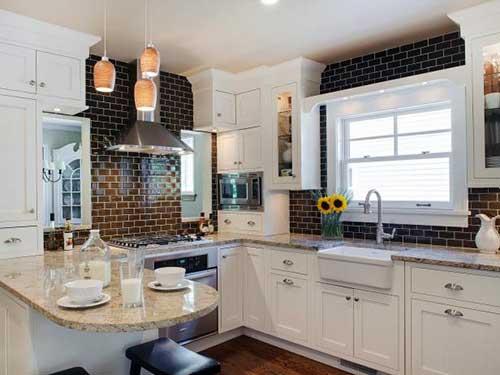 foto de cozinha pequena com pastilhas de vidro marrom decorando as paredes