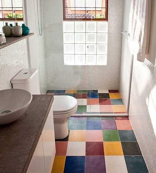 banheiro pequeno com piso de ceramica colorida