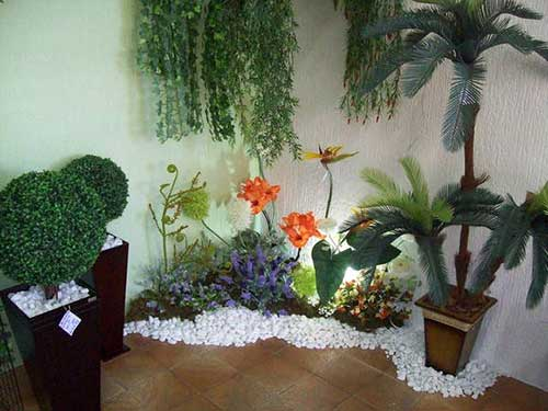 imagem de mostruario de loja de jardinagem mostrando jardim de inverno com plantas sinteticas