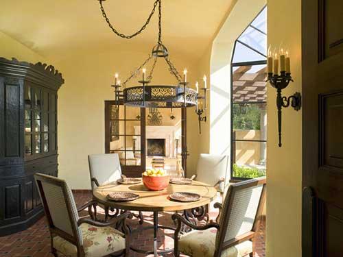 sala de jantar com mesa de madeira de lei e paredes amarelas