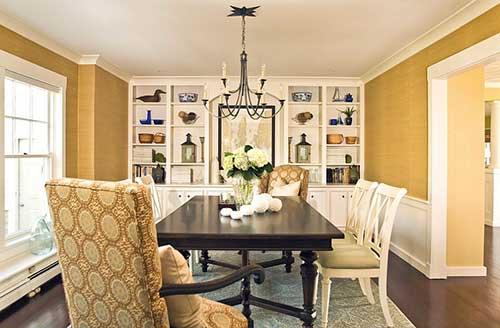 sala de jantar com paredes brancas e amarelas e moveis em madeira