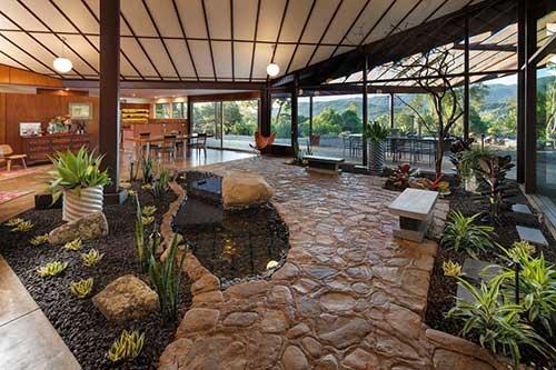 sala de estar integrada com o jardim de inverno