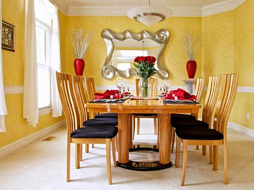 sala de jantar amarela com espelho especial