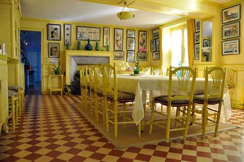 foto de sala de jantar com decoracao antiga em amarelo