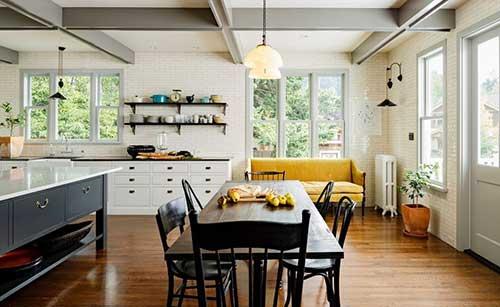 sala de jantar e cozinha com sofa amarelo
