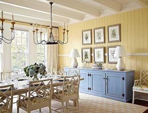imagem de sala de jantar com parede de madeira amarela