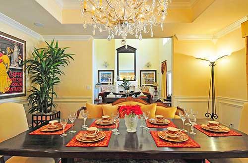 sala de jantar elegante com quadro e paredes amarelas