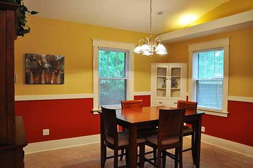 sala de jantar simples amarela e vermelha