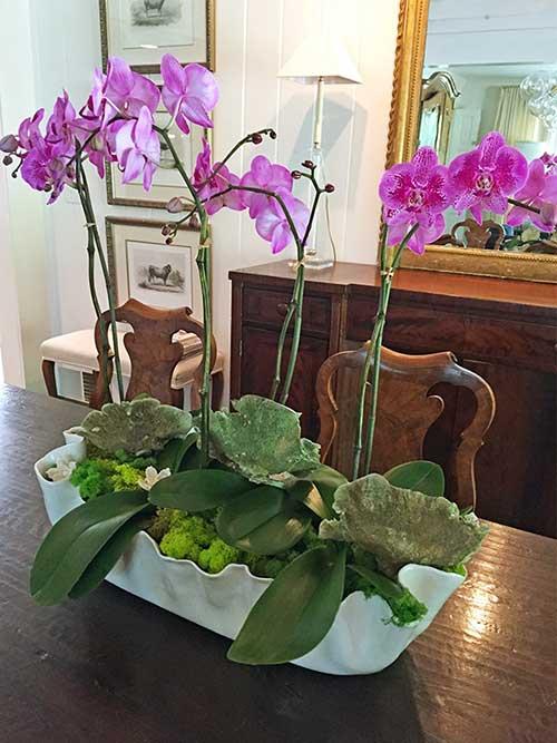 arranjo com orquideas roxas para sala de jantar