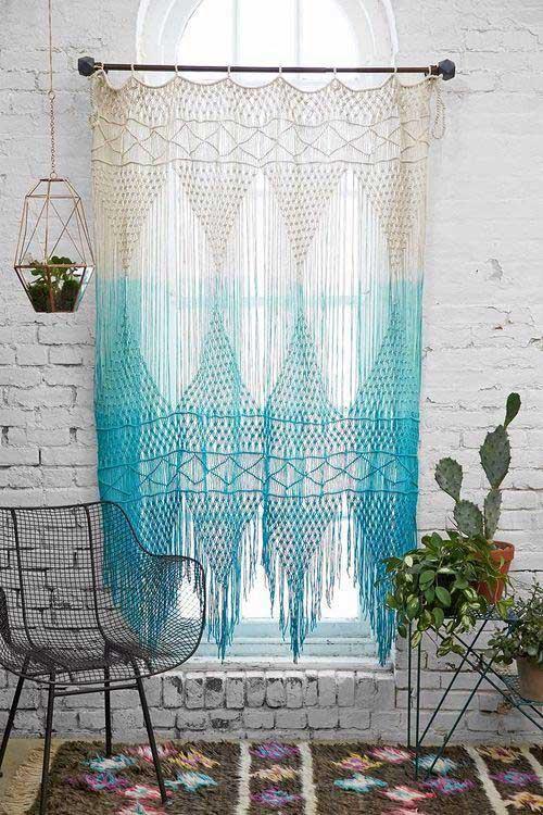 imagem de cortina azul e branca em croche