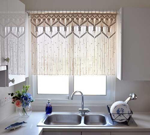 cortina branca de croche para cozinha