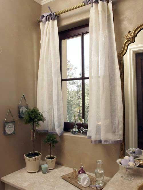 cortina branca e lilas para janela do banheiro
