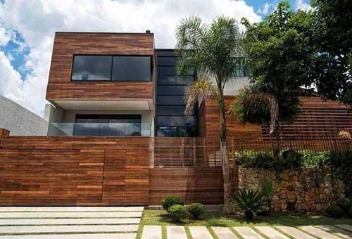 casa com muro e fachada de madeira
