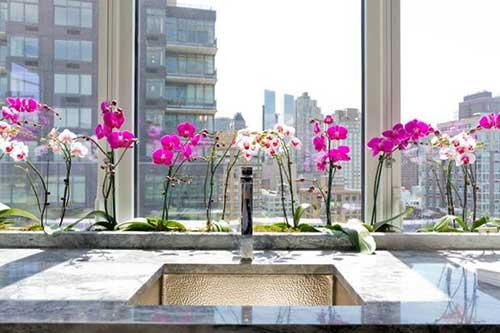 pia da cozinha enfeitada com orquideas