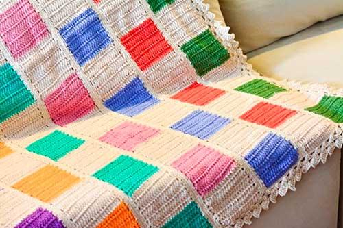 foto de manta de croche colorida pra sofa