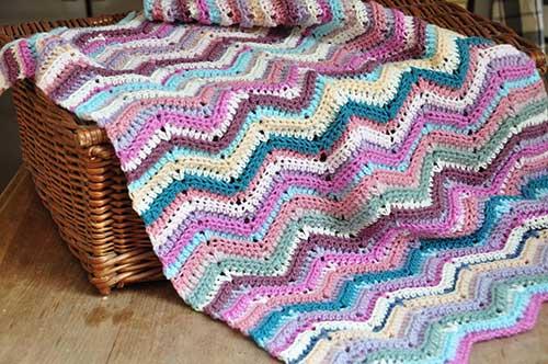 foto de manta de croche colorida em padrao diferente