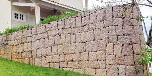 muro de arrimo bonito com pedras lajota