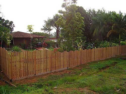 casa de interior com cerca de madeira