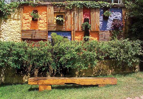 muro decorado com ripas de bambu e cores diferentes
