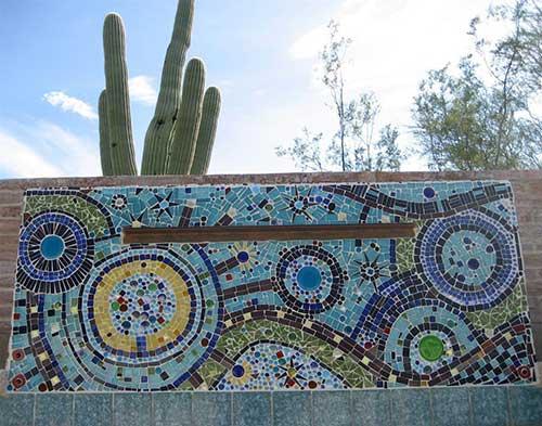 muro decorado com pastilhas coloridas