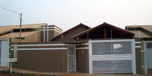 casa com muro decorado marrom e frisos brancos