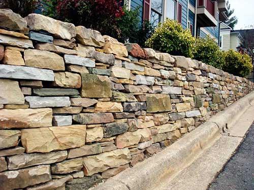 muro decorado com pedras filete e lajota