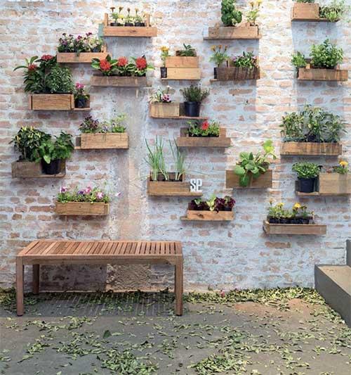 muro decorado com vasos de madeira diy