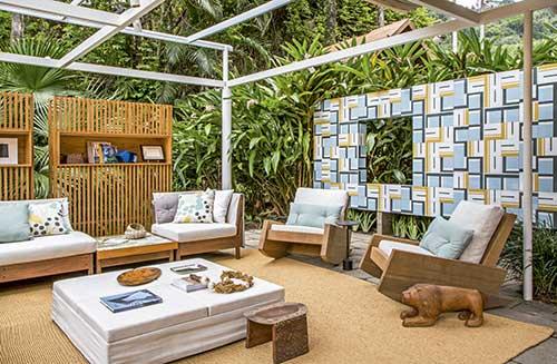imagem de area externa com muro verde e painel de azulejos