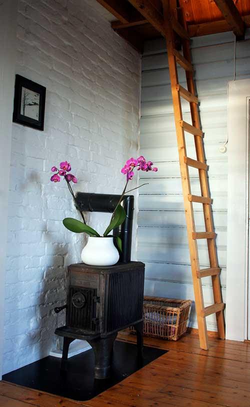 orquidea roxa em quarto com aquecedor